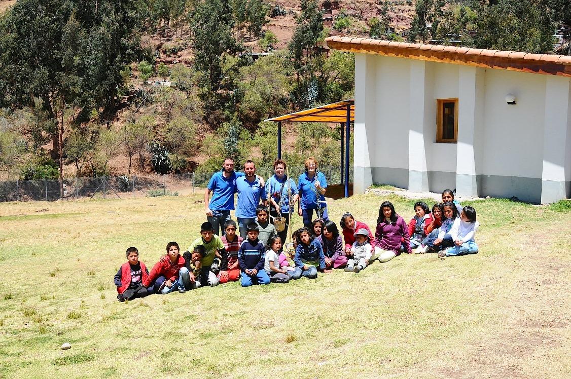 Volontari in Peru prima di piantare gli olivi